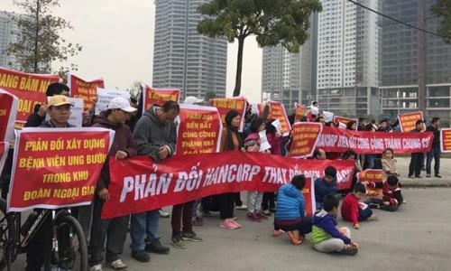 Cư dân Khu Đoàn Ngoại giao tiếp tục tổ chức căng băng rôn để phản đối việc xây bệnh viện trong dự án. Ảnh: A.Đ