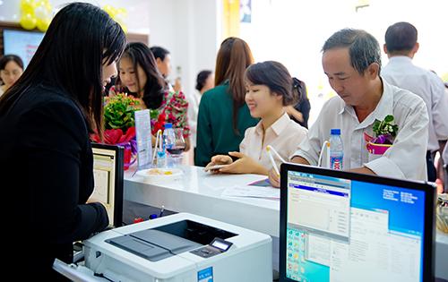 Khách hàng giao dịch tại chi nhánh Bình Dương trong ngày khai trương. Ngân hàng TMCP Bắc Á