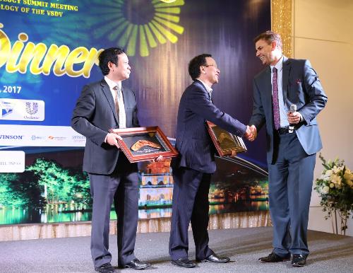 GS. Michael Tirant, GS. Trần Hậu Khang, PGS. Nguyễn Văn Thường tại Hội nghị da liễu Đông Dương tổ chức 12/2017 ở Hà nội.