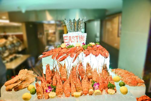 Khách hàng sẽ có cơ hội trải nghiệm tiệc tối hải sản đặc sắc từ tôm hùm, hàu tươi, cua, tôm sú và vô số món ngon khác tại nhà hàng Café Saigon