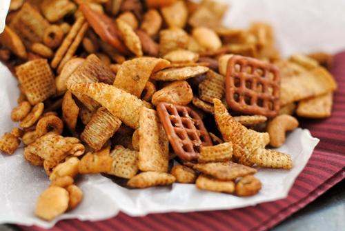 Bình quân mỗi người Việt tiêu thụ 700 gram snack trong năm 2017.