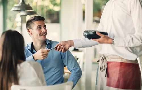 Khách hàng thường có thói quen đưa thẻ cho nhân viên để thanh toán. Ảnh: internet.