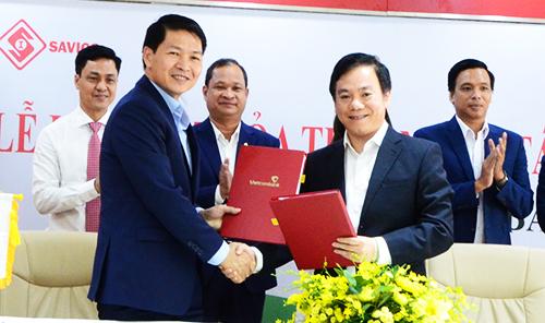 Ông Mai Việt Hà  Tổng Giám đốc Savico (bên trái) và ông Đặng Hoài Đức  Giám đốc Vietcombank Tp Hồ Chí Minh trao bản ký kết hợp tác chiến lược của 2 đơn vị