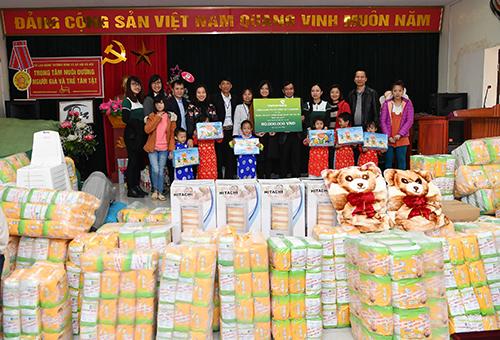 Đại diện Vietcombank trao tặng tiền và quà cho trung tâm nuôi dưỡng người già và trẻ tàn tật Thụy An. Ảnh: Lê Hồng Quang.