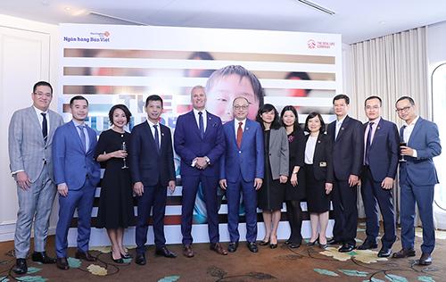 Đại diện Ngân hàng Bản Việt và Bảo hiểm nhân thọ AIA Việt Nam tại lễ ký kết hợp tác. Ảnh: Ngân hàng Bản Việt.