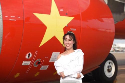 Tổng giám đốc Vietjet tự hào bên động cơ thế hệ mới nhất GTF của tàu bay A321neo in hình cờ Việt Nam