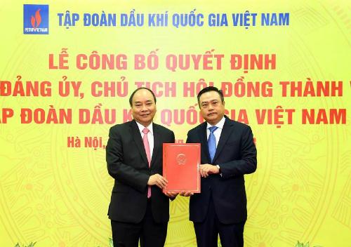 Thủ tướng trao quyết định cho tân Chủ tịch PVN Trần Sỹ Thanh ngày 3/1/2017.