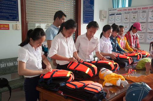 Hướng dẫn học sinh sử dụng áo phao.