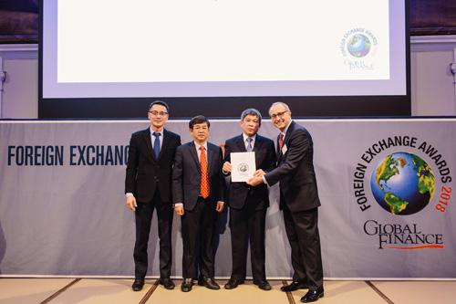 Ông Cát Quang Dương - Thành viên HĐQT VietinBank nhận giải thưởng của tạp chí Global Finance tại London (Anh Quốc)