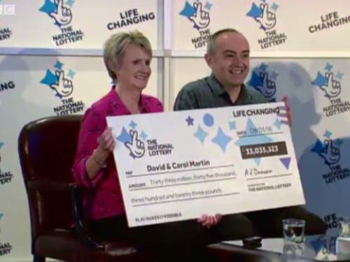 Cặp đôiDavid và Carol Martin công khai nhận giải 33 triệu bảng củaNational Lottery (Anh) năm 2015 dù có quyền được ẩn danh. Ảnh: BBC
