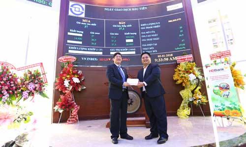Ông Nguyễn Hữu Đặng Tổng Giám Đốc HDBank đón nhận bảng giá khớp lệnh ngày giao dịch đầu tiên từ Ban điều hành Sở Giao dịch chứng khoán TP HCM (HoSE).