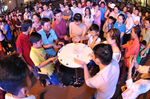 Không khí tấp nập tại Hồ Bán Nguyệt trước 3 tiếng khi buổi diễn bắt đầu.