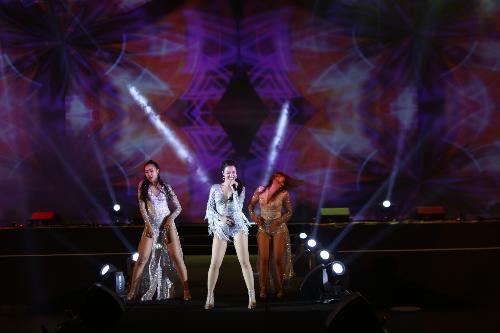 Sự xuất hiện của nữ ca sĩ Đông Nhi khiến sân khấu sôi động hơn bao giờ hết.
