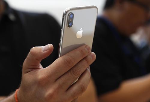 Apple được dự báo chuyển hàng trăm tỷ USD về nước. Ảnh: Reuters