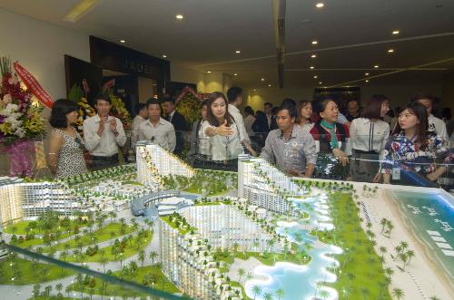 Nhiều khách hàng quan tâm đến dự án trong buổi ra mắt.