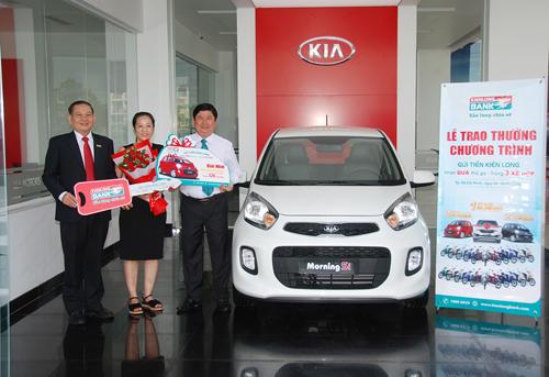 Đại diện Kienlongbank trao thưởngcho khách trúng ôtô.