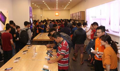 Khách hàng trải nghiệm tại cửa hàng Mi Store.