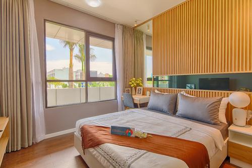 Thiết kế phòng ngủ căn hộ Flora Mizuki với cửa sổ rất rộng cho tầm nhìn rộng thoáng ra không gian bên ngoài. Ảnh: Nam Long.