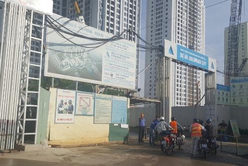 Phần tường rào dự án chưa được xây dựng như cam kết cũng đang gây bức xúc cho cư dân. Ảnh: CĐT