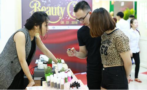 Nhiều khách hàng nam nữ bắt đầu kéo đến spa, trung tâm thẩm mỹmua các gói liệu trình làm đẹp để kịp đón Tết.