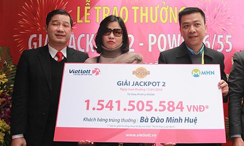 Chị Đào Minh Huệ nhận giải thưởng trị giá hơn 1,5 tỷ đồng. Ảnh: Anh Tú.