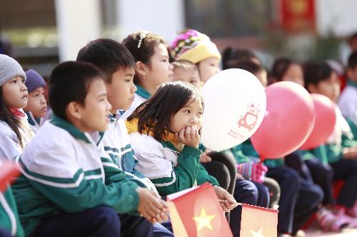 Nguyễn Kim trao 20 thư viện điện tử cho học sinh vùng sâu