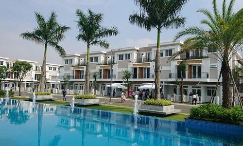 Một dự án nhà phố xây sẵn tại xã vùng ven Sài Gòn được tiêu thụ tốt trong các tháng cuối năm 2017. Ảnh: Vũ Lê