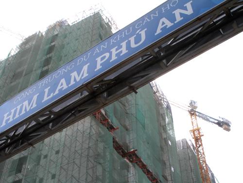 Tọa lạc tại cửa ngõ phía Đông Sài Gòn, trên trục Xa lộ Hà Nội, Khu căn hộ cao cấp Him Lam Phú An (Q.9) sở hữu vị trí liền kề với nhà ga số 8 & 9 của tuyến Metro Bến Thành  Suối Tiên, cách cầu Sài Gòn 3,5km; tạo sự thuận tiện và tiết kiệm thời gian cho cư dân khi di chuyển vào trung tâm thành phố. Sở hữu ưu thế vị trí đi cùng sự phát triển của hạ tầng khu Đông Sài Gòn, mức giá của Him Lam Phú An tại thị trường thứ cấp hiện được giao dịch với mức chênh lệch trên 15%.    Him Lam Phú An có tổng quy mô diện tích đất 1.8hecta, bao gồm gồm 04 block cao 17 tầng. Tất cả 1092 căn hộ tại dự án đều có diện tích từ 69m2 - 71m2 (2PN, 2WC), thiết kế từ 2  3 mặt thoáng giúp đón gió và ánh nắng tự nhiên. Khu căn hộ cao cấp Him Lam Phú An được quy hoạch đồng bộ, hiện đại, tiện nghi và an ninh bậc nhất trong khu vực với các tiện ích nội khu phong phú bao gồm siêu thị, hồ bơi, công viên cây xanh, khu vui chơi trẻ em, trung tâm thương mại, nhà hàng, café, gym; trường học mẫu giáo& Ngoài ra, vị trí dự án cũng cho phép cư dân Him Lam Phú An tiếp cận các tiện ích ngoại khu trong thời gian ngắn như các trường quốc tế, Vincom Mega Mall, Parkson Cantavil, Lotte Mart, Bệnh viện quốc tế Vinmec, trung tâm thể dục thể thao Rạch Chiếc&  Nhân dịp Xuân Mậu Tuất 2018, Him Lam Phú An mang tới cho khách hàng đặt mua căn hộ chương trình thanh toán đặc biệt: thanh toán 600 triệu nhận nhà ở ngay, mức ưu đãi lên đến 10%, tặng thêm 2 năm phí quản lý hoặc gói thiết bị thông minh Onsky.  Hiện công trình Him Lam Phú An đã tiến hành cất nóc 04 block A,B,C,D và đang tiến hành hoàn thiện nội thất, tiện ích nội khu.