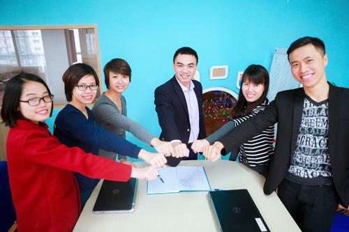 CEO Trần Trọng Hùng và cán bộ, giáo viên trường mầm non HOS.