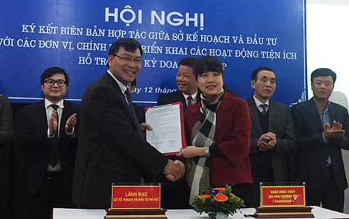 Đại diện Ngân hàng TMCP Sài Gòn Thương Tín (Sacombank) liên kết cùng Sở Kế hoạch và Đầu tư Hà Nội