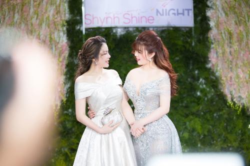 Doanh nhân, diễn viên Lý Nhã Kỳ xuất hiện rạng rỡ bên cạnh Lê Thị Xuân - CEO Shynh Beauty - trước giờ khai tiệc. Cô tỏ ra khá bất ngờ về sự đầu tư của buổi tiệc với 500 khách mời tham dự.