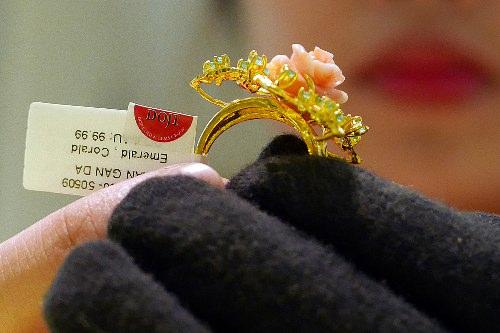 Mỗi lượng vàng miếng SJC hiện chỉ đắt hơn vàng thế giới khoảng 200.000 đồng.