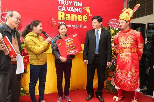 Táo Xuân Bắc đại diện trao giải đặc biệt cho khách hàng trúng giải đặc biệt.