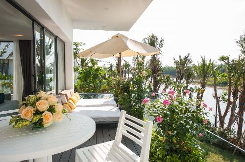 Biệt thự Luxury Skylake Villa ấn tượng trong không gian hoa hồng.