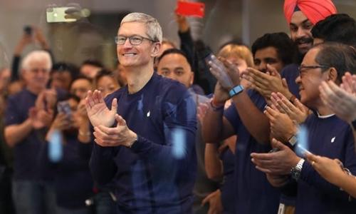 CEO Apple - Tim Cook và các nhân viên. Ảnh: AFP