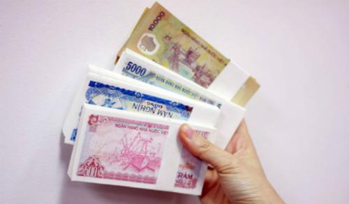 Nhân viên ngân hàng áp lực với việc đổi tiền lẻ mới dịp Tết. Ảnh: PV.