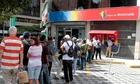 Xếp hàng 4 giờ không rút nổi một USD ở Venezuela