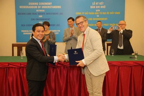 Ông Nguyễn Văn Huấn - Chủ tịch Công ty CP Đầu tư Địa ốc Đất Vàng (Gloden Land) và ông Vincent Pairet - Phó Chủ tịch Tập đoàn CMI trao bản ghi nhớ cho nhau