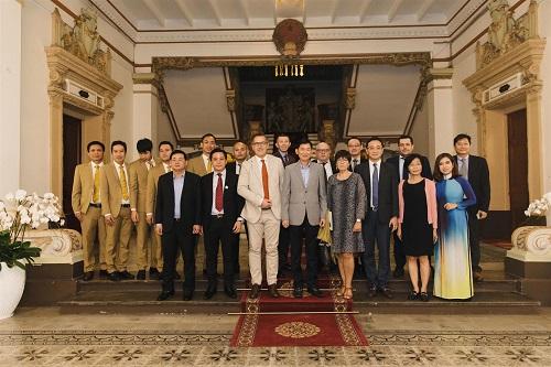 Các bên chụp ảnh lưu niệm tại Trụ sở Ủy ban Nhân dân