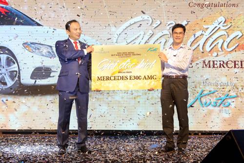Anh Hoàng Quốc Thịnh,vị khách may mắn trúng giải đặc biệt chiếc xe Mercedes Benz E300 AMG trị giá 2,8 tỷ đồng.