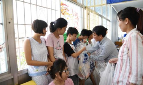 Ông Ngyễn Anh Đức - Phó tổng giám đốc Saigin Co.op tân tay trao 100 phần quà Tết cho các cháu làng Hòa Bình.