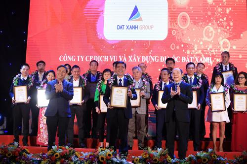 Ông Vũ Quốc Việt Nam - đại diện Đất Xanh nhận giải thưởng từ ban tổ chức.