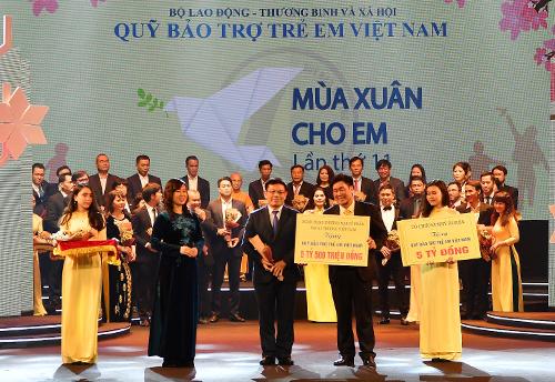Đ/c Đào Minh Tuấn  Phó Tổng Giám đốc, Chủ tịch Công đoàn (hàng đầu, đứng giữa) trao tặng số tiền 5,5 tỷ đồng ủng hộ Quỹ BTTEVN.