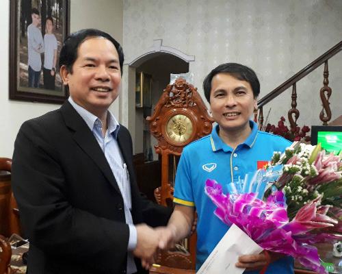 Ông Tạ Đức Minh, Chủ tịch xã Xuân Nộn, đến chúc mừng gia đình Quang Hải sau trận đấu. Ảnh: Quang Chiến