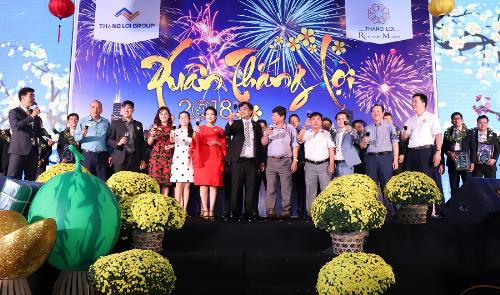 Các khách mời cùng ban lãnh đạo công ty cùng nâng ly chúc mừng năm mới.