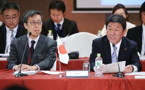 Bộ trưởng Kinh tế Nhật Bản - Toshimitsu Motegi (phải) trong buổi họp hôm nay. Ảnh:Nikkei