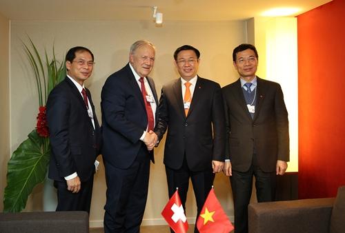 Phó thủ tướng Vương Đình Huệ tiếp Ủy viên Hội đồng Thụy Sĩ -Johann Ammann. Ảnh: VGP
