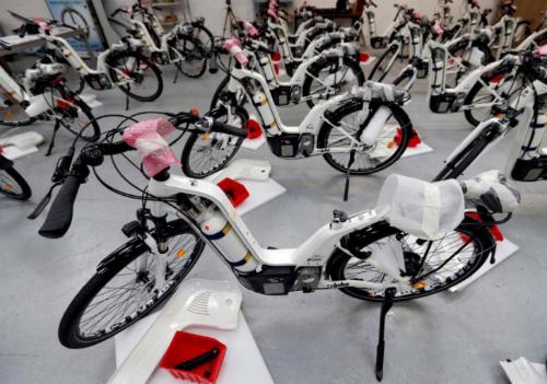 Với giá 7.500 euro một chiếc, Alpha được cho là quá đắt so với mặt bằng chung trên thị trường xe đạp chạy nhiên liệu thay thế.
