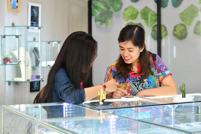Nữ doanh nhân khởi nghiệp Thái Thanh Huệ (phải) tư vấn sản phẩm phong thủy cho khách hàng. Liugems không chỉ kinh doanh đá quý mà còn có mục tiêu giúp người tiêu dùng nâng cao kiến thức trong lĩnh vực khoa học phong thủy, phân biệt hàng thật giả. Ảnh: Nhân vật cung cấp
