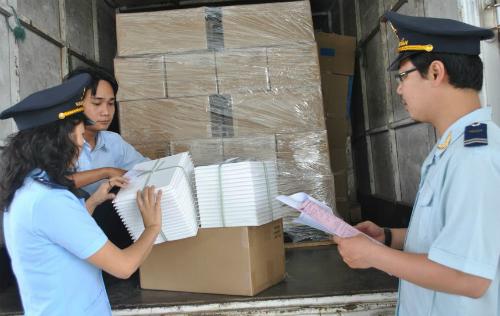 Cán bộ Cục Hải quan Bình Dương đang kiểm tra hàng hoá so với tờ khai hải quan.